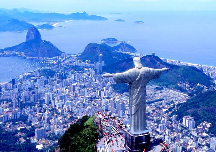 大きな大きなキリスト像がコルコバードの丘の上にそびえたつ絶景が見られる港湾都市「リオ・デ・ジャネイロ」。世界文化遺産にも登録された国内最大の観光都市でブラジル南東部に位置します。