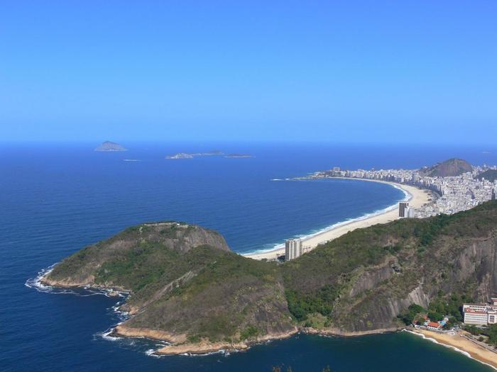 紺碧の海に白い海岸線がどこまでも続くコパカバーナビーチ。「世界三大美港」のひとつでもあり、サンバやボサノヴァの名曲が数多く生まれたリオ・デ・ジャネイロには毎年観光客が絶えません。