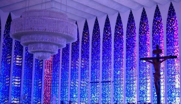オスカー・ニーマイヤーの弟子カルロス・アウベルト・ナベスが手掛けた、青色の世界 「ドン・ボスコ聖堂」もおススメ。まるで星が降るような荘厳でロマンティックな美しい世界が広がっています。