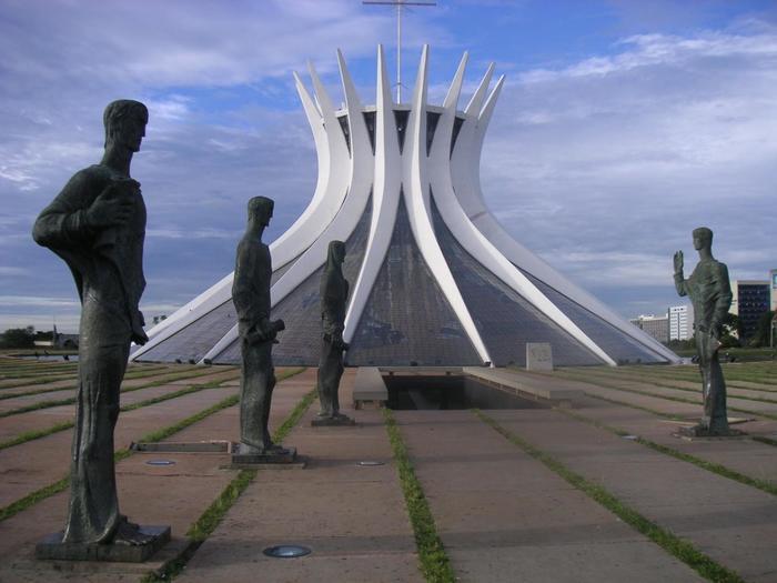 特に見逃せない建築物がオスカー・ニーマイヤーの代表作ともいえる「ブラジリア・メトロポリタン大聖堂」です。近未来的であり、美しい曲線が有機的でもあり。なんとも言えない独特の魅力を放っています。