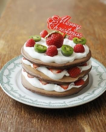ココアパウダーを混ぜて焼き上げた見た目のキュートなクリスマスケーキです。グリーンキウイと赤い苺のコントラストがクリスマスらしいですね。