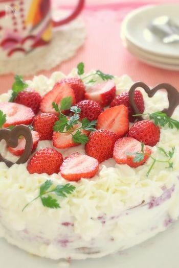 こちらは高さのあるスポンジを焼き上げるという、王道のデコレーションケーキのレシピです。カットした苺を大胆にアレンジして、手作りらしい愛情あふれる雰囲気を醸し出しました。