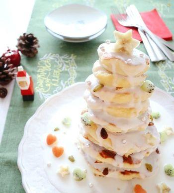 ココナッツヨーグルトソースを上からたっぷりと垂らして、ホワイトクリスマスツリーの完成です。カラフルなフルーツをいろいろなかたちにカットしてトッピングしてあげると、ツリーケーキがより魅力的に見えますね。