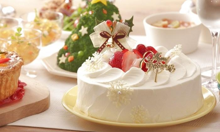 市販のスポンジを使えば、あっという間に豪華なデコレーションケーキを作ることができます。デコレーションするだけなら、やけどの心配もなく、小さな子供と一緒に楽しむことができますね。