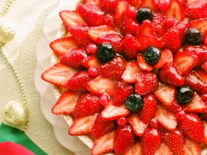 ホットケーキミックスとサラダオイル、牛乳という三つの素材だけでサクサクしたタルト生地を作っています。生地さえできれば、上にのせるものは自由自在。お好みのフルーツをたっぷりとのせてあげると子供も嬉しいタルトになりますよ。