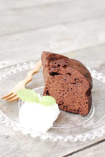 こちらは電子レンジを使ったしっとりチョコケーキです。お砂糖をたっぷりと使うレシピなので、ホイップクリームは甘さ控えめがおすすめです。