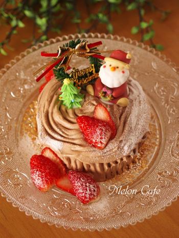 ホットケーキミックスを使って作った生地を平たく焼き上げ、細くカットしたらくるくるとロールケーキの要領で巻きます。切り株風にデコレーションをしたら、簡単ブッシュドノエルの完成です。