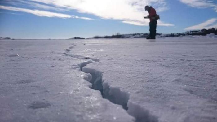 イエローナイフには、世界で10番目の大きさで四国とほぼ同じ大きさを誇る「グレートスレーブ湖」があります。夏季は青々とした広大な湖を眺めることができますが、寒さが厳しくなる1月中旬~3月中旬は湖面が凍結して「アイスロード」が出現。徒歩や車で通行できるようになります。