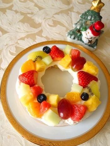 スーパーやコンビニなどでもよく見かける扇形のバウムクーヘンをつなげて、リースのようにかたち作っています。カットフルーツの盛り合わせを購入すれば、彩りもよく豪華なケーキになりますね。