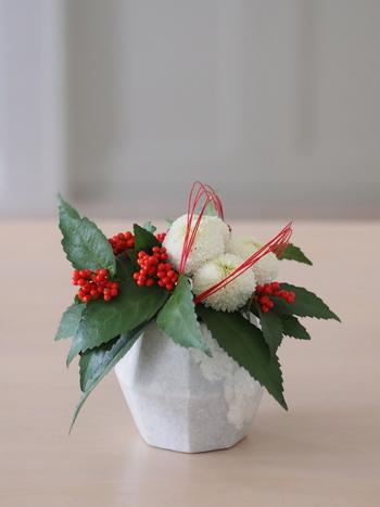 赤の細い水引きが効いています。白と赤と緑というクリスマスカラーなのに、水引を混ぜることで、ぐんとお正月らしくなりました。