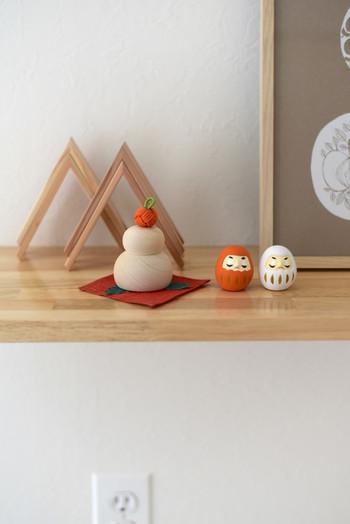 こちらの小さな鏡餅は中川政七商店のものです。白木で作った鏡餅の上に伊賀組紐の橙がのせられています。丁寧な手仕事を感じる逸品です。
