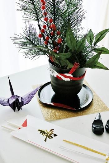 花器に水引きを巻いたら、おめでたい雰囲気になりました。花器の下にプレートを敷きこむことで、特別感のある風情を感じさせてくれます。
