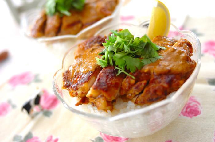 ヨーグルト入りのつけダレにお肉を漬け込む事で、お肉がとっても柔らかに!カレー味が染み込んだお肉とご飯で、箸が進む美味しさです。お肉は15分程漬け込んでも美味しく出来ますが、半日ほど漬けて置くとさらに味が染み込みます。