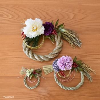 こちらも手作りされた輪飾りです。造花のミニブーケを解体して、三つの輪飾りに組み直しました。稲穂と水引を入れることでお正月らしい雰囲気になります。