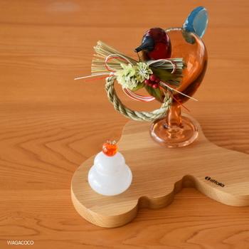 イッタラの木製サービングプラターにお正月飾りをまとめて、コーナーを演出できます。とても小さなアイテムばかりなのに、存在感がありますね。