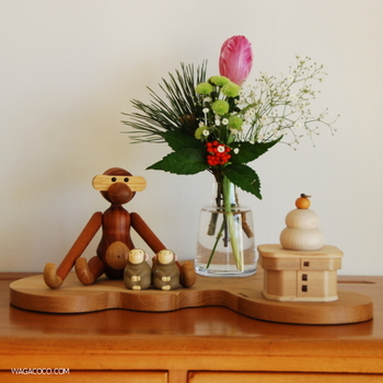 バランスの良いお正月コーナー。鏡餅と一緒にお花を飾ると豪華な雰囲気になりますね。
