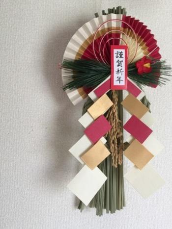 紙で作った細工ものもしめ飾りにはよくアレンジされます。紅白に金が効いていますね。