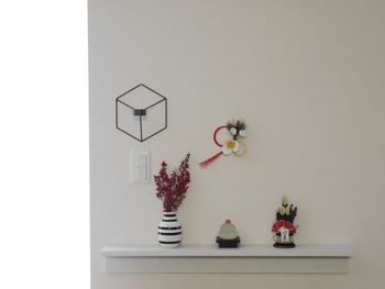 門松にしめ飾り、鏡餅とお正月飾りを一か所に集めて、インテリアショップのようなイメージに仕上がりました。すっきりとしているのに、見ごたえがありますね。