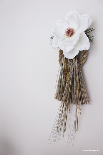 フランフランの大きな白いマグノリアのお花をどーんと中央に据えたお洒落なしめ飾りです。自分でしめ飾りを作るときは、自由な発想で、市販のものにはないしめ飾りを作りたいものです。