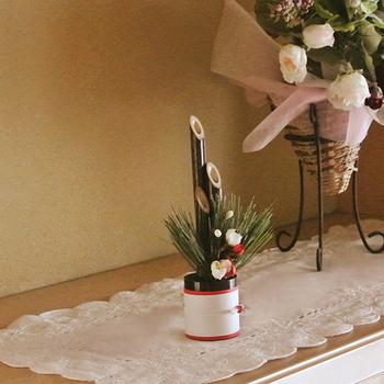とても小さな門松は、おうちの中のお好みの場所に飾ることができる便利なアイテムです。門松を門扉に飾れないおうちでも、お正月気分をしっかりと味わえます。