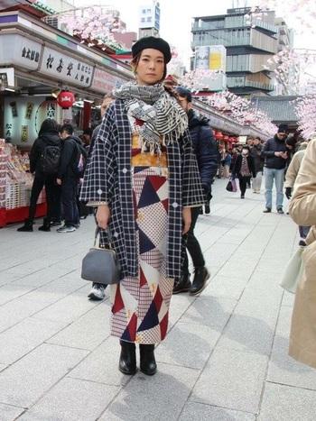 着物と羽織を、柄on柄で合わせたクラシカルな雰囲気漂うコーディネート。洋服では難しい組み合わせも、着物ならすんなりと着こなせます。羽織とストールで防寒対策もばっちり!黒のベレー帽とブーツで全体をキリッと引き締めて。