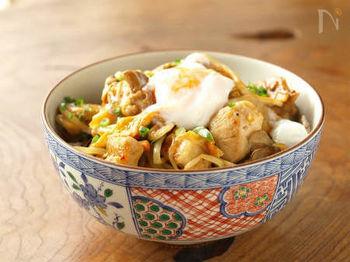 タッカルビというのは韓国の焼肉で鶏肉を使ったものの事だそうです。鶏肉と野菜を一緒に炒め、甘辛のコチジャンで味付けした丼ぶり。ピリッとしたコクのある辛みに、食欲をそそります。野菜もたっぷりで栄養もボリュームも満点!