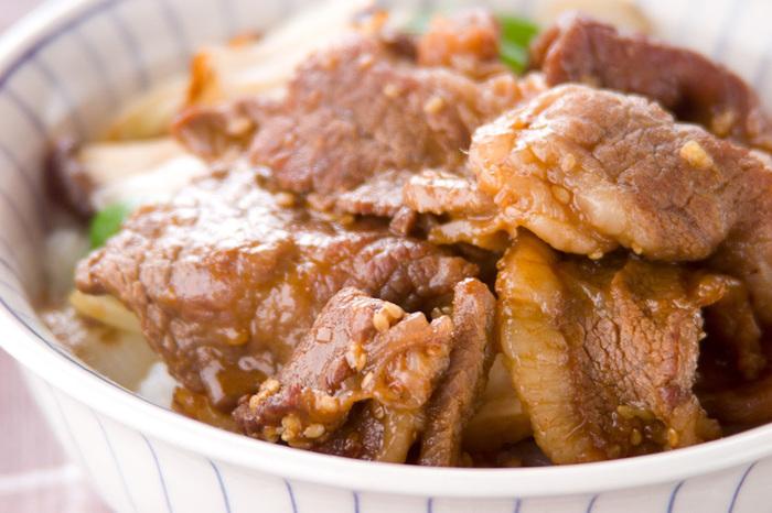 下味を付けた牛カルビと野菜&キノコで栄養満点、ボリューム満点の焼肉丼。お肉を漬け込んでいる間に野菜を切り、あとは炒めるだけなので、調理もとっても簡単!シャキッとした食感を残したり、柔らかくしたり、お野菜の炒め加減はお好みで!忙しい時でもパパッと作れちゃうママの強い味方です。
