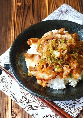 にんにくとねぎの風味が食欲をそそる、ネギ塩カルビ丼はスタミナも抜群!お肉を焼く時は、強火と中火の中間位の火加減を目安に焼くと焼き過ぎずに、丁度よい柔らかさに!熱々の白米にたっぷりとのせて召し上がれ♪