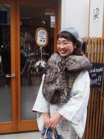 首に大きめのファーをぐるりと巻いて。ファーは寒さから身体を守ってくれて、雰囲気も華やかにしてくれるので冬の着こなしに取り入れたいアイテム。ベレー帽を被ることで、今っぽさのある着こなしになっていますね♪