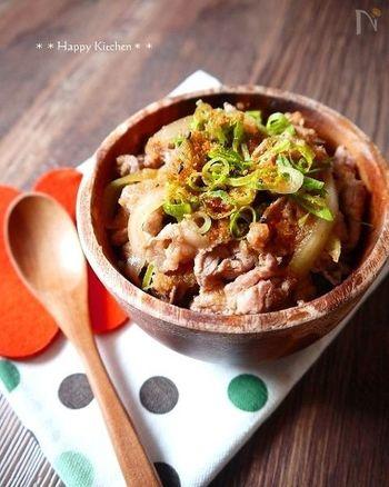 お肉と玉ねぎを切り、ごま油をひいたフライパンで炒めます。そこへ合わせ調味料を加え煮立ったらポン酢を加えてひと混ぜしたら、あとはご飯にのせるだけ。ポン酢を加えてからは温める程度にして火を通し過ぎないようにすると、ポン酢の風味が際立ちます。ポン酢の量はお好みで調節してみて下さいね!