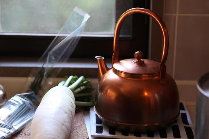 """渋い!銅のおやかん。昭和の台所を思わせる風情。こちらも""""お湯を沸かすならなんでもいいや""""という考え方の人には向かないお値段。でもそれだけの価値がある一品です。 使い込めば使い込むほど、銅の味がでて半永久的にその価値は続いていきます。サイズ感もジャスト。お茶を入れるのに一リットルはちょうどよく、丸みもかわいい。やかんっていちいちしまわないでしょう?ずっと出しておくものだから、このくらいの価値ある品を揃えてもいい、そう思える方におすすめしたい。"""