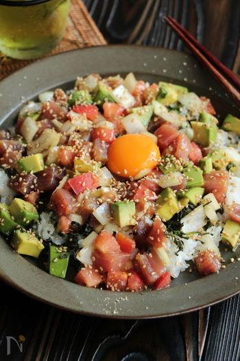 お馴染みハワイのポキ丼をイメージした海鮮丼は、見た目も可愛らしくて、なんだかカフェご飯みたい! 具材を調味料と和えて盛り付けるだけの簡単レシピです。味付けは和風ですが、野菜の食感も加わり、食べごたえのある一皿に。