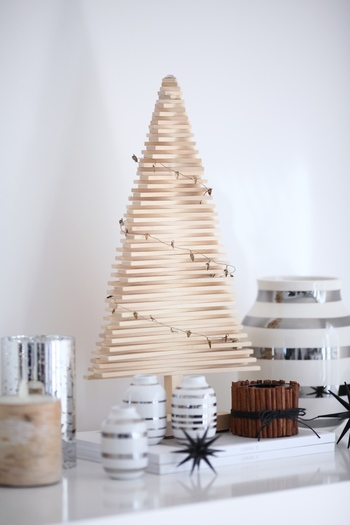 高さが40センチくらいのちょっぴりコンパクトな木製ツリーをシェルフの上に。台の上に置くツリーは目につきやすいのでシンプルなデザインがぴったり♪