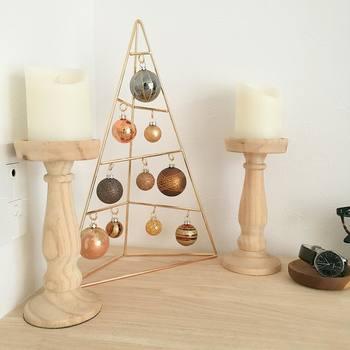 こちらのオーナメントハンガーとオブジェはニトリのものなんだとか。プチプライスでもポンとおくだけで素敵なクリスマスコーナーを作れますね。ウッド調の家具にピンクゴールドのツリーがお似合いです♪