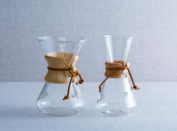 """1940年代アメリカの科学者""""ピーター・シュラムボーム""""により開発されたコーヒーメーカーCHEMEX(ケメックス)。科学者が考えただけあって、なんとなく実験器具を思わせます。手吹きガラスの透明性と温かさを感じる木や革の部分が絶妙にマッチした素晴しいデザイン。その美しさはニューヨーク近代美術館に永久展示されるほどの代物。  手作りなだけあって、細かい部分までよく作りこまれています。棚に飾ってあったとしても、つい手に取って眺めてみたくなる、そんなコーヒーメーカーです。"""