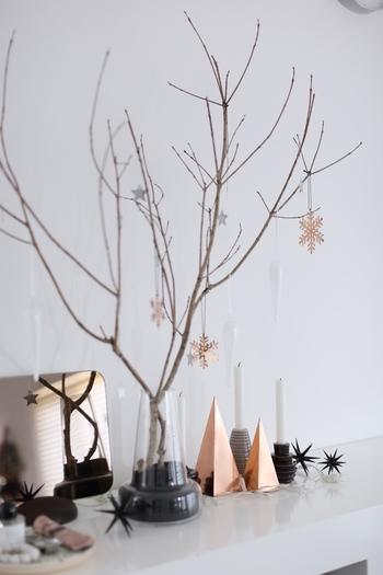 ロングタイプのフローラ(フラワーベース)に「枝ツリー」を飾り付ける素敵なアイデア。足元には、ツリーのオーナメントと同じ素材のミニツリーも。色や素材をうまく組み合わせれば、私たちにも素敵な飾りつけができそう。