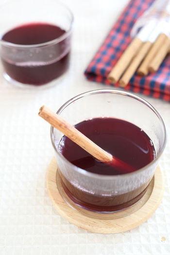 身体を温める効果のあるシナモン。寒い冬に飲みたくなるホットワインにシナモンスティックを入れればさらにぽかぽかに。