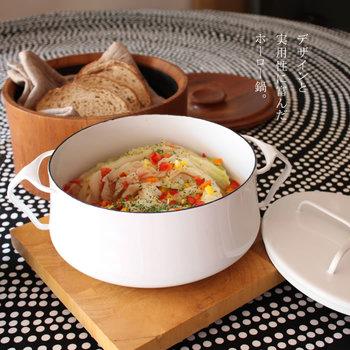 """「デンマーク風」という意味合いがある社名の""""DANSK(ダンスク)""""社。1954年に設立してから北欧を中心としたデザイナーたちがスカンジナビアモダンアートをコンセプトに製品を作っています。 シンプルだけど丸みを帯びた優しい雰囲気のデザインが北欧らしい。持ち手もホーローだから、鍋ごとオーブンにいれることもでき、お料理の幅も広がります。蓋はクロスのツマミがついていて、返して鍋敷きになるようになっています。"""