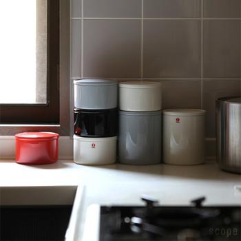 """現代的な北欧デザインの食器などを専門に手掛けるフィンランドのデザイン会社""""iittala(イッタラ)""""。そのiittalaのプルヌッカ(保存瓶)はやっぱりモダン。カイ・フランクという作家がデザインしたもので、1953年から1975年の間作られていました。そのプルヌッカが2011年に復刻!多くの人に愛されていた品だからこそ、といえます。昔より少しオシャレに生まれ変わりました。"""