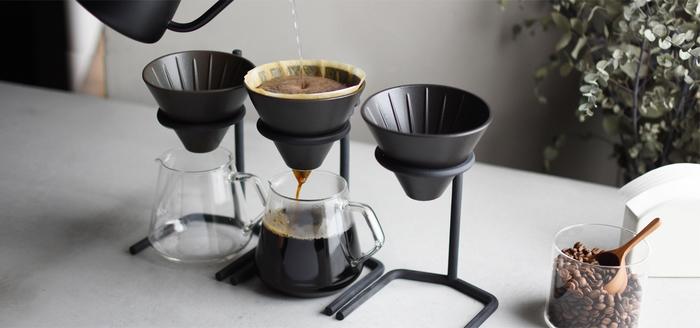 """""""SLOW COFFEE STYLE""""はゆったりとした優雅な時間を楽しむためのコーヒーウエア。中でもこうやってスタンドを使ってコーヒーをドリップする姿がオシャレです。ステンレスのスタンドに耐熱ガラスのかわいいフォルムのジャグ。淹れているときも楽しいけれど、飾っておいてもいい感じです。"""