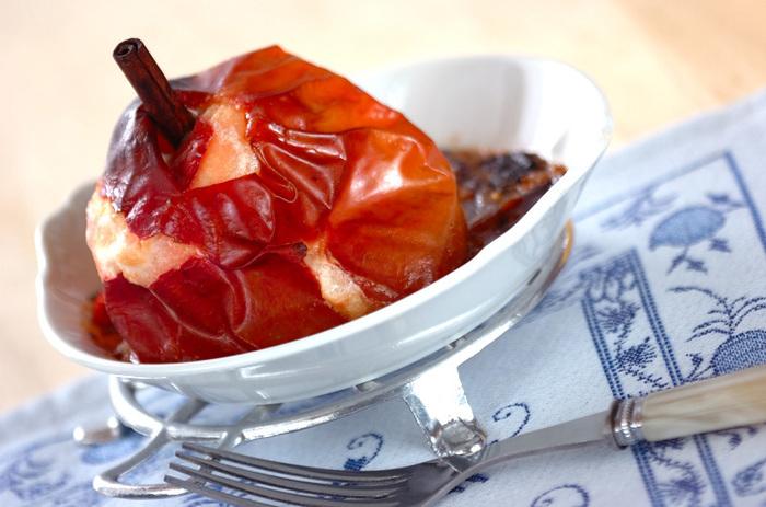 りんごの甘酸っぱさに、ナッツの食感とシナモン、レーズンバターの大人の味わいが加わった、とっても贅沢な焼きリンゴ。濃いめに入れた紅茶と一緒にどうぞ。