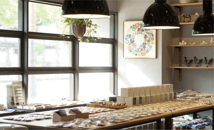 BIRDS' WORDS(バーズワーズ)は、デザインディレクターの富岡正直さんと陶芸作家の伊藤利江さんにより、2009年に大阪で活動スタート。鳥や花などのモチーフを中心に、日々の暮らしにそっと寄り添う温もりある陶磁器や紙製品などを作り続けています。