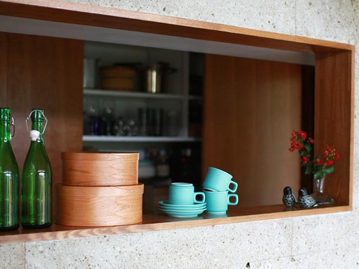 """使い方は使う人のアイデア次第なんですが、こんな風にキッチンに置くといい感じ。キッチンには意外とまとめにくい小物がありますから、そういったものを入れておくとすっきり片付きます。なにより、主張しすぎずに自然のものの""""マイルドなやさしさ""""をさりげなく発揮し、空気を穏やかにしてくれそうです。"""