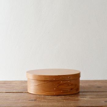 """シェーカーボックスとは18世紀から19世紀にかけてアメリカで活動していた「シェーカー教徒」が作っていた木製品の一つ。""""全てにおいて簡素である事""""を目指す妥協を許さない彼らの物づくりは世界中のデザイナーたちを驚かせました。 手作りで、接着剤を使っていないのにこの完成度。限りなくシンプルに作られたがゆえの美しさがにじみ出ています。"""