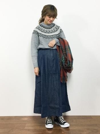 生地をふんだんに使ったフレアスカートは、デニム素材でありながらロマンティックな表情。冬の定番柄ニットも、ほんのり甘めな印象に。