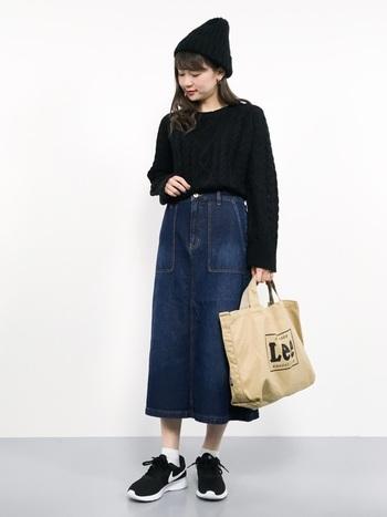 大きなパッチポケットがついたデニムスカートは、プレーンなアイテム合わせでも十分ステキ!少しだけインパクトが欲しいなら、アメカジ風のロゴ入りトートをトッピングして。
