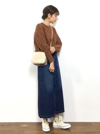 程よくガーリッシュなデニムのロングスカート。老けて見えることもあるブラウンニットだって、フレッシュな印象に転びます。