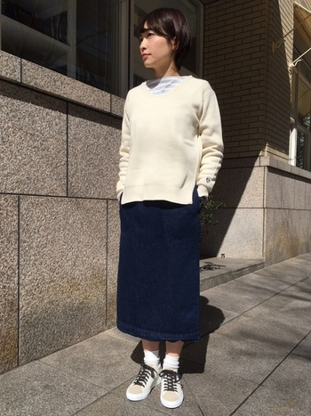 裾に向かってゆるやかに広がるデニムスカートは、飾らない等身大コーデにうってつけ。ホワイトのニットとスニーカーで、冬に映えるクリーンなスタイルをつくりましょう。