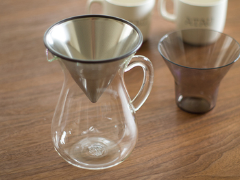なんとも優美な曲線でできたシンプルなガラスのデカンタ。それにぴったりはまるステンレスフィルター。挽いた豆をさらさらと入れお湯を注ぐとどうなるか?滴る様子も溜まっていく様子も想像するだけでワクワクします。  ステンレスを使ったフィルターは、コーヒーのうま味成分を逃さず抽出する優れもの。雑味がなくコクのあるコーヒーが淹れられます。 使用後もカラフェにフィルターをセットして置いておけば、それだけでインテリアになりそうですね。こちらは300mlタイプで、カップ二杯分たっぷり入ります。