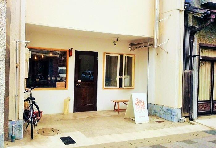 美味しい水を求めて東京から移住した村岡さんご夫妻が、2010年、松本駅から600mあまりの高砂(たかさご)通りにオープンしました。店名はアメリカのシンガーソングライター・ローラ・ニーロに因んだもの。 お店のすぐそばに多くのひとが水を汲みに来る平成の名水百選の一つ「源智の井戸」があります。